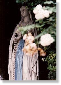Mariabeeld in de grot van Lourdes